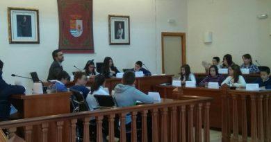 Escolares de Ambroz piden al alcalde más papeleras y un cine en su barriada a través de un pleno infantil