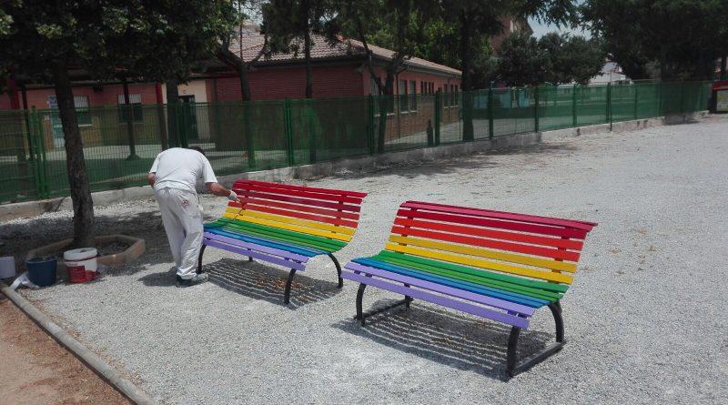Vegas del Genil pintará sus bancos con la bandera arcoíris para concienciar sobre la discriminación por la condición sexual