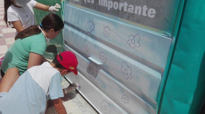 Escolares de Vegas del Genil pintan con 'graffitis' contenedores de papel dentro de una campaña medioambiental