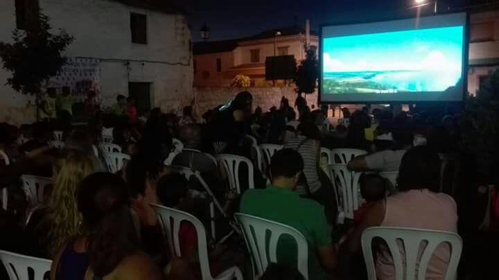 Más de 500 vecinos disfrutan del cine al fresquito en los tres barrios de Vegas del Genil
