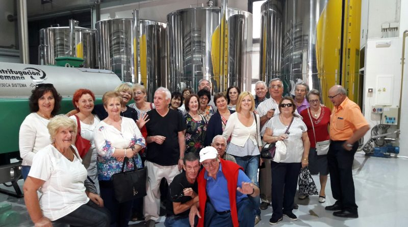 Los mayores de Vegas del Genil conocen Píñar y la Cueva de las Ventanas gracias a un viaje del Ayuntamiento