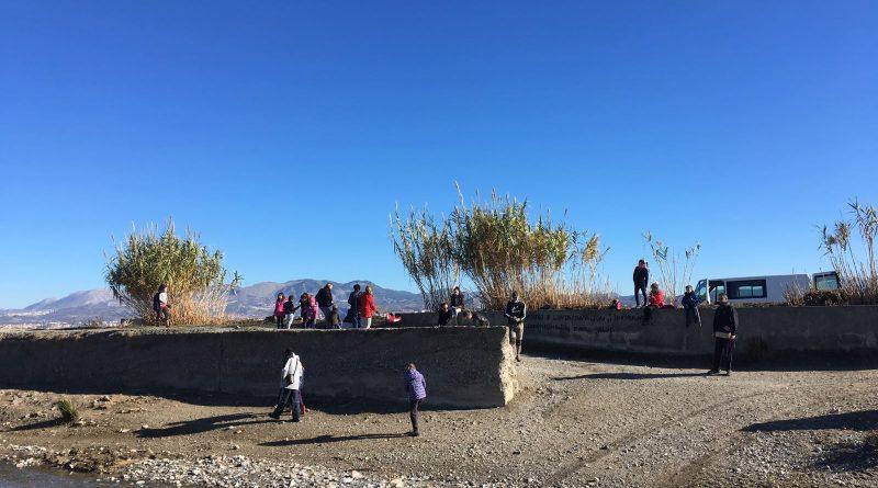 Un centenar de niños de Vegas del Genil colaboran en la limpieza de la ribera de los ríos Genil y Dílar