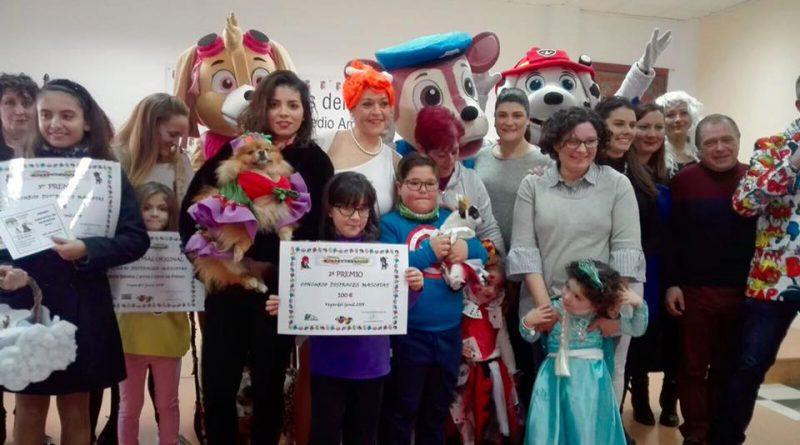La perra Tula y sus cartas de póker ganan el concurso de disfraces para mascotas de Vegas del Genil