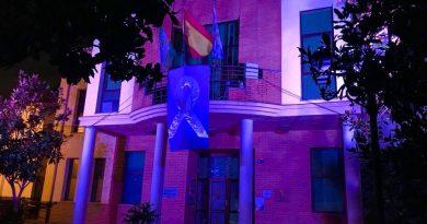 Vegas del Genil ilumina la fachada de su Ayuntamiento con el color morado de la Igualdad con motivo de la huelga del 8M